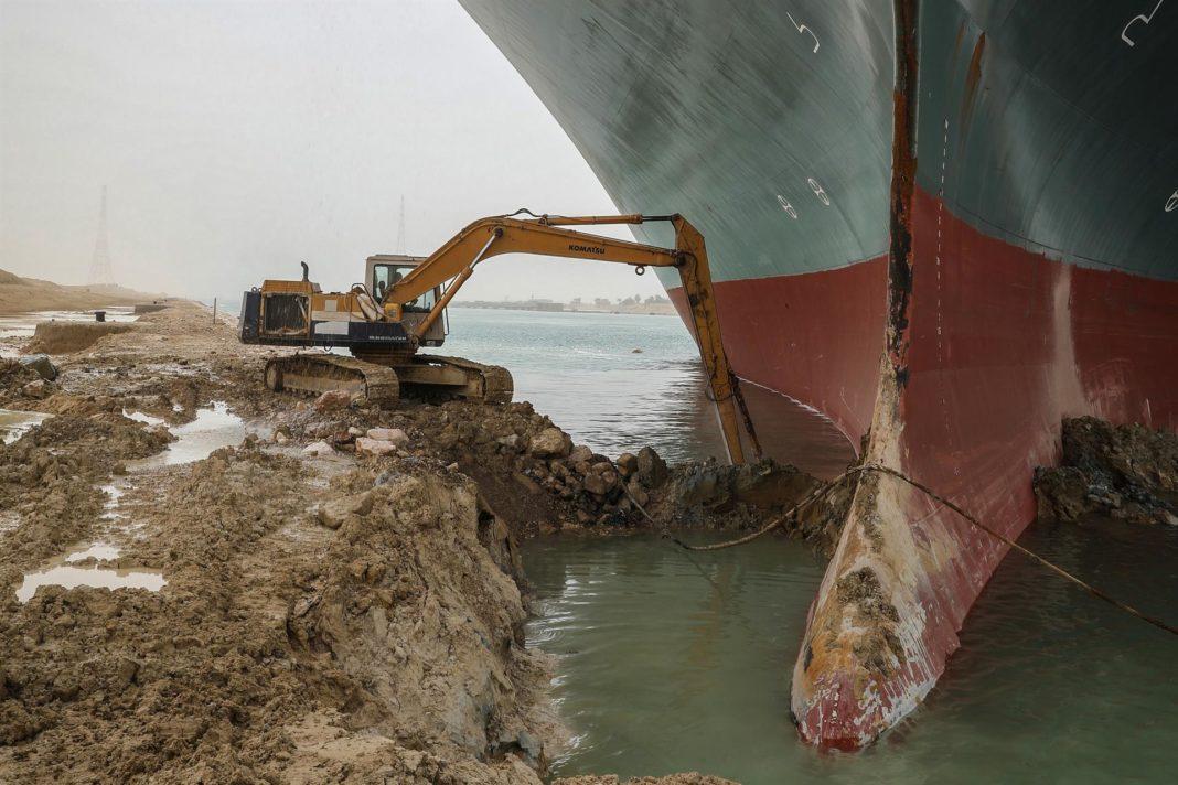 Buque encallado en el canal de Suez