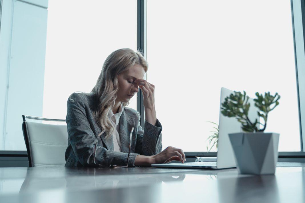 Una mujer sufre de ansiedad laboral